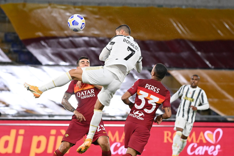 Cristiano Ronaldo ha salvato Andrea Pirlo dalla prima sconfitta in campionato, con un gol su rigore e un poderoso colpo di testa. Un gesto tecnico, il secondo, che ha ricordato la rete realizzata alla Sampdoria il 18 dicembre 2019,&nbsp;quando colp&igrave; il pallone a un&#39;altezza di 2.56 metri dopo uno stacco di 71 centimetri: 0.92&#39;&#39; il tempo in cui rest&ograve;&nbsp;sospeso in aria. Questa sera il portoghese si &egrave; fermato a 2.28 metri, quanto &egrave; bastato per trafiggere Mirante e sorprendere la retroguardia giallorossa.<br /><br />