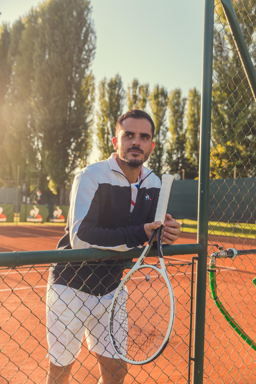 All&#39;Harbour Club di Milano Le Coq Sportif ha lanciato una nuova collezione di abbigliamento con un design tricolore e una scarpa tecnica inedita. Con l&rsquo;aiuto degli atleti, conoscitori delle specificit&agrave; del loro sport di riferimento, i team creativi e di ricerca e sviluppo di Le Coq Sportif hanno lavorato con cura per progettare e offrire ai tennisti una collezione adatta alle loro esigenze in campo, nel rispetto di un design elegante e raffinato, la vera firma del marchio.<br /> <br /> La nuova collezione tennis e la scarpa tecnica &ldquo;Futur&rdquo; sono state presentate da Le Coq Sportif ieri con un evento all&rsquo;Aspria Harbour Club di Milano. Un&rsquo;occasione per poter vedere da vicino tutti i prodotti, ma anche per riunire quasi tutti gli atleti italiani di Le Coq Sportif. Erano presenti infatti, oltre al tennista&nbsp;Thomas Fabbiano, anche&nbsp;Simone Barlaam&nbsp;(Nuoto Paralimpico),&nbsp;Marco Aurelio Fontana&nbsp;(MTB), Jenia Grebrennikov&nbsp;(Pallavolo),&nbsp;Giorgio Malan&nbsp;(Pentathlon Moderno),&nbsp;Beatrice Parrocchiale&nbsp;(Pallavolo) e&nbsp;Irma Testa&nbsp;(Pugilato).<br /><br />  &ldquo;FUTUR&rdquo;, UNA SCARPA INEDITA PER LE COQ SPORTIF<br /> Il lancio di una scarpa &ldquo;performance&rdquo; &egrave; il risultato di anni di lavoro, segnati dal desiderio di offrire una silhouette completa ai tennisti per tutte le superfici. Mentre i completi performance erano gi&agrave; indossati dagli atleti di Le Coq Sportif, mancava solo un&rsquo;offerta di scarpe per completare il loro equipaggiamento. Gi&agrave; ai piedi degli atleti di tennis Le Coq, la &ldquo;Futur&rdquo; dovrebbe presto attirare i giocatori dei club cos&igrave; come i dilettanti.<br /><br />  UNA SCARPA CONFORTEVOLE, LEGGERA E PERFORMANTE<br /> A prima vista, la forma della scarpa sulla parte superiore evoca gi&agrave; visivamente la leggerezza che &egrave; confermata anche quando la scarpa viene presa in mano.<br /> La tomaia &egrave; volutamente asimmetrica per s