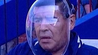 Maradona, la maschera anti Covid-19 sembra un casco da astronauta