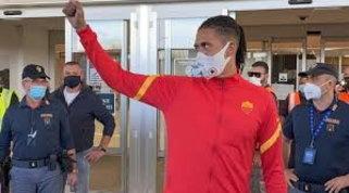 Smalling atterra a Roma: l'entusiasmo dei tifosi all'aeroporto