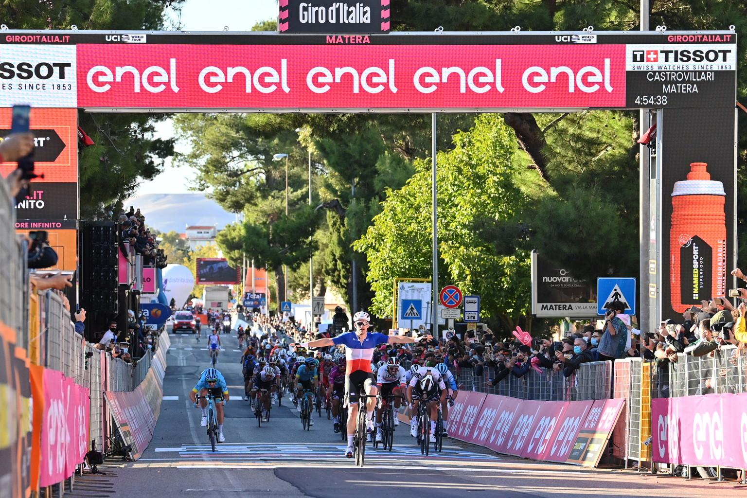 Arnaud <strong>D&eacute;mare</strong>&nbsp;si aggiudica la sesta tappa del&nbsp;Giro d&rsquo;Italia 2020, la sua seconda in questa edizione. Il francese del team Groupama-FDJ taglia per primo il traguardo della frazione da&nbsp;Castrovillari a <strong>Matera</strong> (188 km).<br /><br />