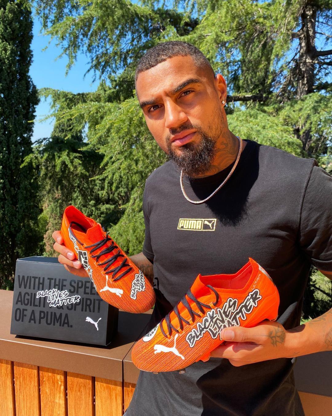 """<p style=""""text-align: justify;"""">Il nuovo acquisto del Monza ha presentato gli scarpini con cui scender&agrave; in campo in questa stagione, con le scritte &#39;No Racism&#39; e &#39;Black Lives Matter&#39;: &quot;Non mi fermer&ograve; - ha scritto sui social parlando della sua battaglia contro le discriminazioni - Queste scarpe significano moltissimo per me&quot;.<br /><br />"""