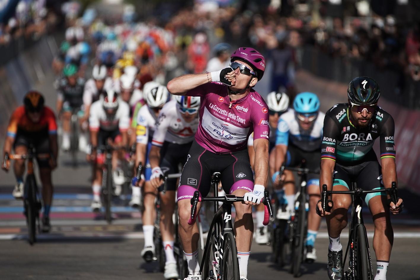 Terzo arrivo&nbsp;in volata al Giro d&rsquo;Italia 2020&nbsp;e terza vittoria&nbsp;per Arnaud Demare. Il francese della Groupama-Fdj conquista a Brindisi il secondo successo di fila, battendo in volata&nbsp;Peter Sagan&nbsp;e Michael Matthews&nbsp;al termine di una tappa&nbsp;molto combattuta.<br /><br />