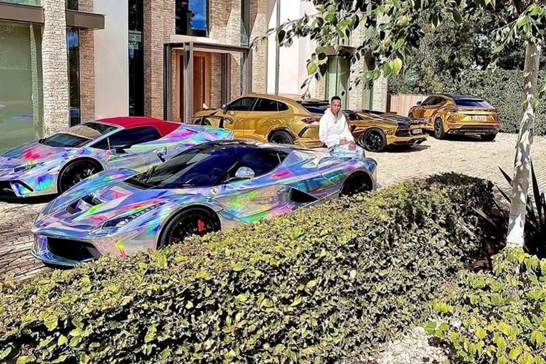 Tra una Ferrari argento e una Lamborghini oro Pierre-Emerick Aubameyang non si fa mancare proprio niente. Il capitano dell&#39;Arsenal non ha mai nascosto&nbsp;la&nbsp;passione per le auto di lusso, disposte in bella mostra nel giardino della sua residenza. All&#39;amore per i motori, Aubameyang&nbsp;unisce quello per i colori sgargianti, evidenziato dalle vernici iridescenti che conferiscono un tocco originale&nbsp;alle sue carrozzerie.<br /><br />