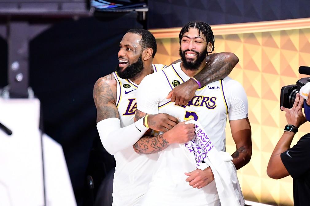 LeBron James e i Los Angeles Lakers sono tornati sul tetto del mondo nel basket. I Lakers sono di nuovo campioni Nba dopo dieci anni, grazie alla vittoria in gara 6, nella notte, contro i Miami Heat per 106-93. Le finali dell&#39;era Covid sono state giocate nella &#39;bolla&#39; di Walt Disney World, in Florida. Questo &egrave;&nbsp;il 17esimo anello per i Lakers, che raggiungono Boston al comando della classifica dei titoli vinti nella Lega cestistica pi&ugrave;&nbsp;famosa del mondo. Ed &egrave;&nbsp;il quarto, con tre squadre diverse, per LeBron James, autore di una tripla doppia da 28 punti, 14 rimbalzi e 10 assist. Si conclude cos&igrave;&nbsp;una stagione in cui l&#39;Nba ha affrontato la pandemia e detto addio alla leggenda dei Lakers, Kobe Bryant, a cui +&nbsp;stata dedicata questa vittoria.<br /><br />