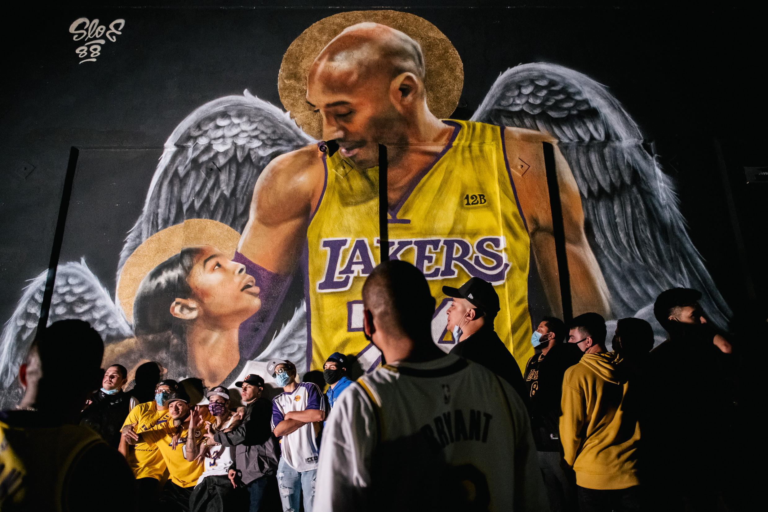 I Los Angeles Lakers battono i Miami Heat e si aggiudicano il loro 17.o titolo NBA, il primo dopo dieci anni. Per LeBron James, il campione del Los Angeles Lakers, si tratta del quarto titolo, ottenuto con squadre diverse. La vittoria dei Lakers arriva a quasi 9 mesi dalla morte di Kobe Bryant, che aveva regalato alla squadra californiana il suo penultimo titolo nel 2010, ed &egrave; stato protagonista del ricordo dei tifosi che hanno festeggiato per le strade di LA.<br /><br />