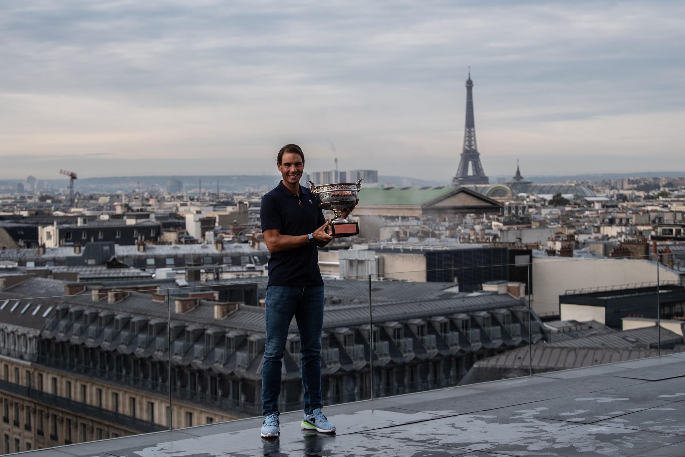 Il giorno dopo il successo al Roland Garros, lo spagnolo ha festeggiato in una Parigi uggiosa&nbsp;la vittoria del suo 20&deg; Slam<br /><br />