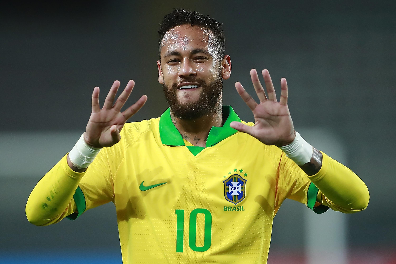 Con la tripletta messa a segno contro il Per&ugrave;&nbsp;a Lima n una partita valida per la seconda giornata di qualificazioni sudamericane al Mondiale 2022 in Qatar.,&nbsp;Neymar&nbsp;&egrave;&nbsp;diventato il secondo capocannoniere del Brasile dopo Pel&egrave;, raggiungendo i 64 gol e superando Ronaldo. Il contatore del Fenomeno&nbsp;si era fermato a 62 gol in 98 presenze, due delle quali nella finale di Coppa del Mondo contro la Germania nel 2002. Celebrando il suo primo gol, l&#39;attaccante del Psg gli ha reso omaggio mostrando i denti davanti e imitando con le mani il numero &quot;9&quot; indossato dal &#39;fratello maggiore&#39; durante il suo periodo di massimo splendore.<br /><br />
