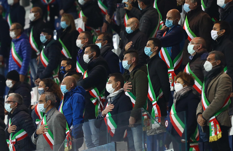 Dopo l&#39;Inno di Mameli i calciatori della Nazionale hanno rivolto un applauso ai sanitari degli ospedali Papa Giovanni XXIII e Humanitas e ai sindaci dei 243 comuni bergamaschi, invitati dalla Figc ad assistere a Italia-Olanda allo stadio di Bergamo, come omaggio alle loro comunit&agrave;&nbsp;colpite dal coronavirus. Prima della partita di Nations League, le strofe di &#39;Rinascero&#39; rinascerai&#39;, la canzone scritta da Roby Facchinetti per la sua terra ferita dalla pandemia, sono risuonate al Gewiss Stadium di Bergamo, dove c&#39;&egrave; anche l&#39;allenatore dell&#39;Atalanta, Gian Piero Gasperini, fra i mille spettatori consentiti sugli spalti, tutti divisi da almeno due seggiolini. Un enorme tricolore &egrave; stato allestito sulla curva nord dello stadio, dove per la prima volta si gioca una partita dopo i lavori di ristrutturazioni necessari per le partite dell&#39;Atalanta in Champions League.<br /><br />