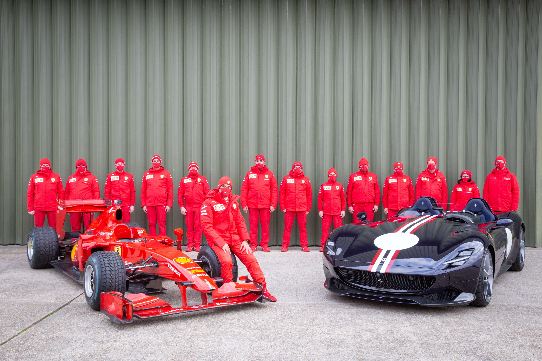 Sar&agrave; ricordata come un&rsquo;edizione indubbiamente inconsueta a causa dell&rsquo;assenza di pubblico, ma la Goodwood Speedweek, manifestazione che quest&rsquo;anno ha sostituito il Revival e il Festival of Speed, ha offerto uno spettacolo con pochi eguali per gli appassionati delle vetture da corsa. Come da tradizione, la presenza di Ferrari non &egrave; passata inosservata, tanto in pista, con la partecipazione della Scuderia Ferrari nella celebrazione dei 70 anni di Formula 1, quanto con le 488 GT3 Evo 2020 e 488 Challenge Evo nello Shoot-Out. In un&rsquo;area appositamente creata all&rsquo;interno del circuito per ospitare le supercar, hanno fatto bella mostra una Monza Sp2, una 812 GTS, una Roma, una F8 Spider e una F8 Tributo. Nonostante le misure preventive adottate e l&rsquo;assenza del tradizionale pubblico di Goodwood, le emozioni non sono mancate con vetture di tutte le epoche impegnate ad affrontare il circuito di 3,8 km inaugurato nel 1948 e caratterizzato da sei curve. Oltre alla presenza ufficiale, non sono mancate anche altre vetture del Cavallino Rampante, sia da pista che GT, che hanno attirato l&rsquo;attenzione degli addetti ai lavori.<br /> Tra i momenti pi&ugrave; emozionanti della manifestazione, l&rsquo;esibizione di alcune tra le pi&ugrave; significative monoposto della storia della Formula 1 che sono scese in pista in diverse sessioni. Il Cavallino Rampante ha affidato la F60 come di consueto a Marc Gen&eacute;, brand ambassador della Scuderia. In pista anche la 488 GT3 Evo 2020 e la 488 Challenge Evo, impegnate nel programma di Shoot-Out a soli fini dimostrativi, guidate dal pilota ufficiale di Ferrari Competizioni GT James Calado e da Matt Griffin.<br /><br />