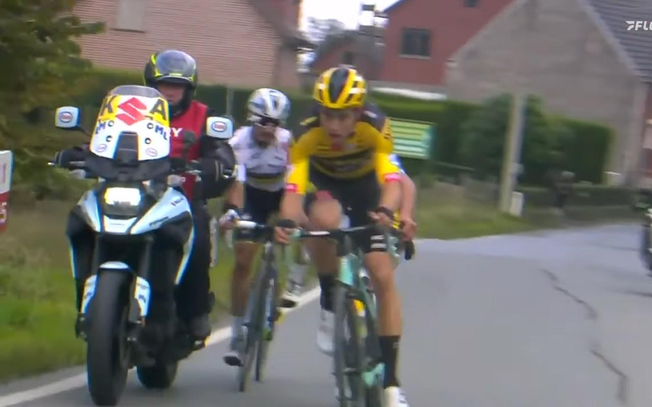 Julian Alaphilippe&nbsp;&egrave; caduto nel corso del Giro delle Fiandre dopo&nbsp;aver urtato con il gomito destro il bauletto di una moto&nbsp;a bordo strada.<br /><br />