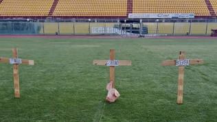 Livorno, tre croci e una testa di maiale sul campo dello stadio