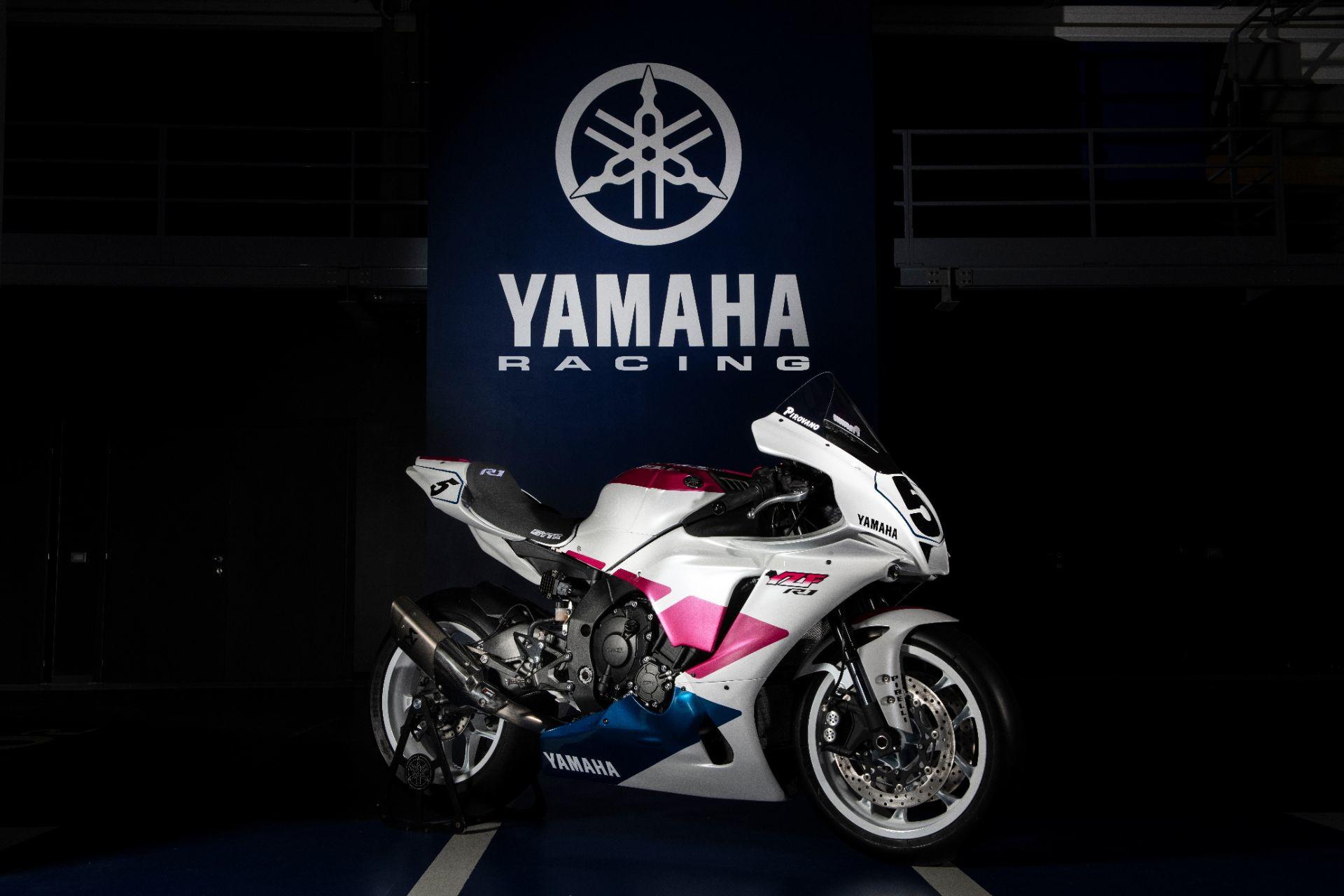 """In occasione del round di Estoril del Mondiale Superbike, Yamaha ha presentato un&#39;edizione davvero speciale della sua R1. Si tratta di un modello dedicato all&#39;indimenticato campione brianzolo Fabrizio Pirovano, scomparso a soli 56 anni per un male incurabile. La moto, realizzata con i colori e il suo inconfondibile numero 5 portati in pista da &quot;Piro&quot; nel 1993 in occasione della sua decima e ultima vittoria&nbsp;in Sbk&nbsp;proprio all&#39;Estoril, <u><strong><a href=""""https://www.ebay.co.uk/itm/One-of-a-kind-Fabrizio-Pirovano-Replica-Yamaha-R1/383775664109?deliveryName=DM68764"""" target=""""_blank"""">sar&agrave; all&#39;asta</a></strong></u> fino all&#39;1 novembre. Chi se la aggiudicher&agrave;, potr&agrave; scegliere se averle in versione street legal o da pista. Il ricavato andr&agrave; in beneficienza.<br /><br />"""