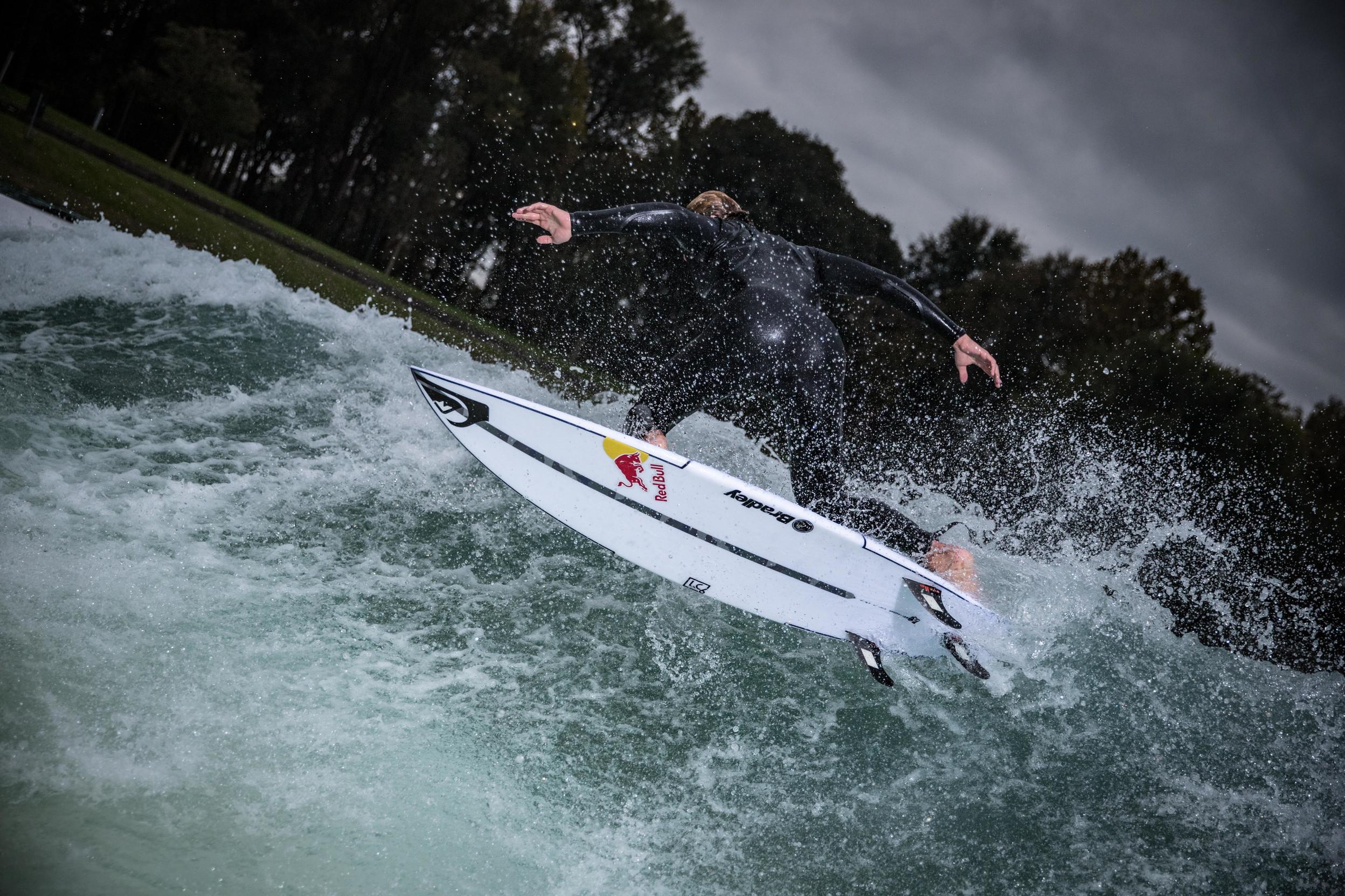 &nbsp;Il campione di surf del team Red Bull,&nbsp;Leonardo Fioravanti&nbsp;ieri a Milano per testare l&rsquo;onda statica artificiale al Wakeparadise dell&rsquo;Idroscalo. Con lui anche il campione del mondo di wakeboard e atleta Red Bull&nbsp;Massimiliano Piffaretti&nbsp;che, dopo l&rsquo;onda statica, si &egrave; cimentato con Leo pure in un divertente doppio nella sua disciplina, grazie al Sistem 2.0 del cable park. &ldquo;Tornare a Milano &egrave; per me sempre speciale&rdquo;,&nbsp;ha affermato&nbsp;Leonardo Fioravanti,&nbsp;&ldquo;amo la citt&agrave; e questa volta ho avuto la fortuna di poter venire all&rsquo;Idroscalo a surfare. Qui avevo gi&agrave; provato il wakeboard ma mai l&rsquo;onda statica artificiale. Provarla per la prima volta &egrave; stato molto divertente ed emozionante anche se &egrave; tutto molto diverso dall&rsquo;oceano: l&igrave; non sai mai che tipo di onda aspettarti! L&rsquo;onda perfetta credo comunque non esista da entrambe le parti. Ce ne sar&agrave; sempre una migliore&rdquo;. Foto di Gabriele Seghizzi<br /><br />