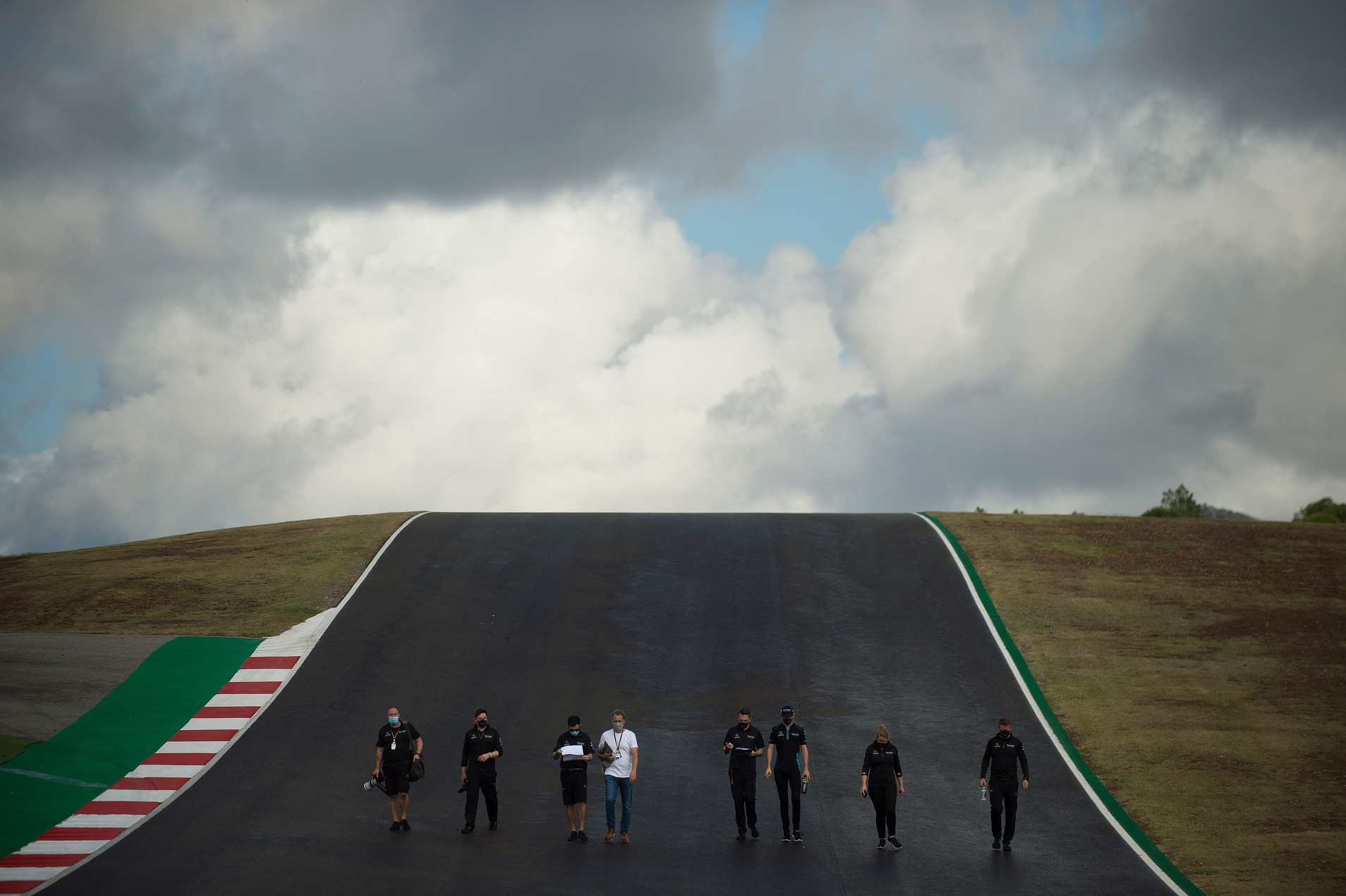 Prima uscita, seppur a piedi o in bicicletta, per i piloti del circus sul tracciato portoghese.<br /><br />
