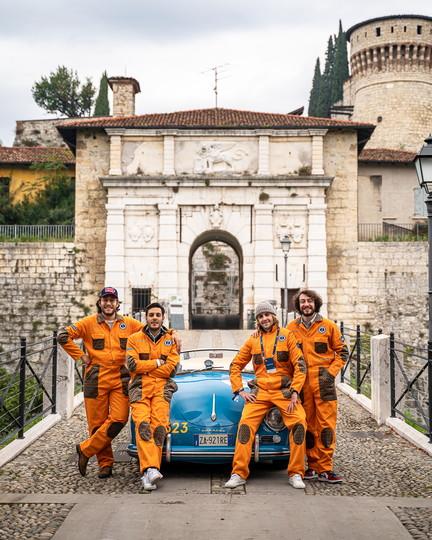 La 1000 Miglia &egrave; da sempre una delle corse con pi&ugrave; fascino al mondo e per farla ci vuole anche stile. Cos&igrave; Pantamolle, dei fratelli Francesco e Piergiacomo Sigalini, ha personalizzato la Jumpsuit di Garage Italia in una collaborazione unica. Un outfit&nbsp;veramente stiloso per l&#39;equipaggio della Porsche 356 Speedster del 1955 numero 323. Foto di Andrea Luzardi.<br /><br />
