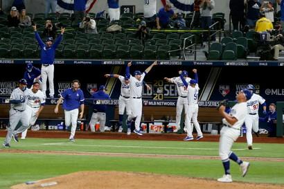 I Los Angeles Dodgers hanno vinto per la prima volta in 32 anni le World Series, la finale della lega professionistica di baseball nordamericana Mlb, battendo 3-1 i Tampa Bay Rays ieri sera ad Arlington in Texas e aggiudicandosi la serie per 4-2. E&#39; il settimo titolo di campionato per i Dodgers, sesta squadra di maggior successo nella storia. Molto pi&ugrave;&nbsp;avanti i New York Yankees con 27 titoli, seguiti da St. Louis Cardinals (11), Botston Red Sox, Oakland Athletics (9) e San Francisco Giants (8)<br /><br />