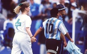 Sempre Usa 94, una delle ultime immagini di Maradona con l'Albiceleste, per mano con un'infermiera mentre si dirige ai test antidoping. Risulterà positivo.