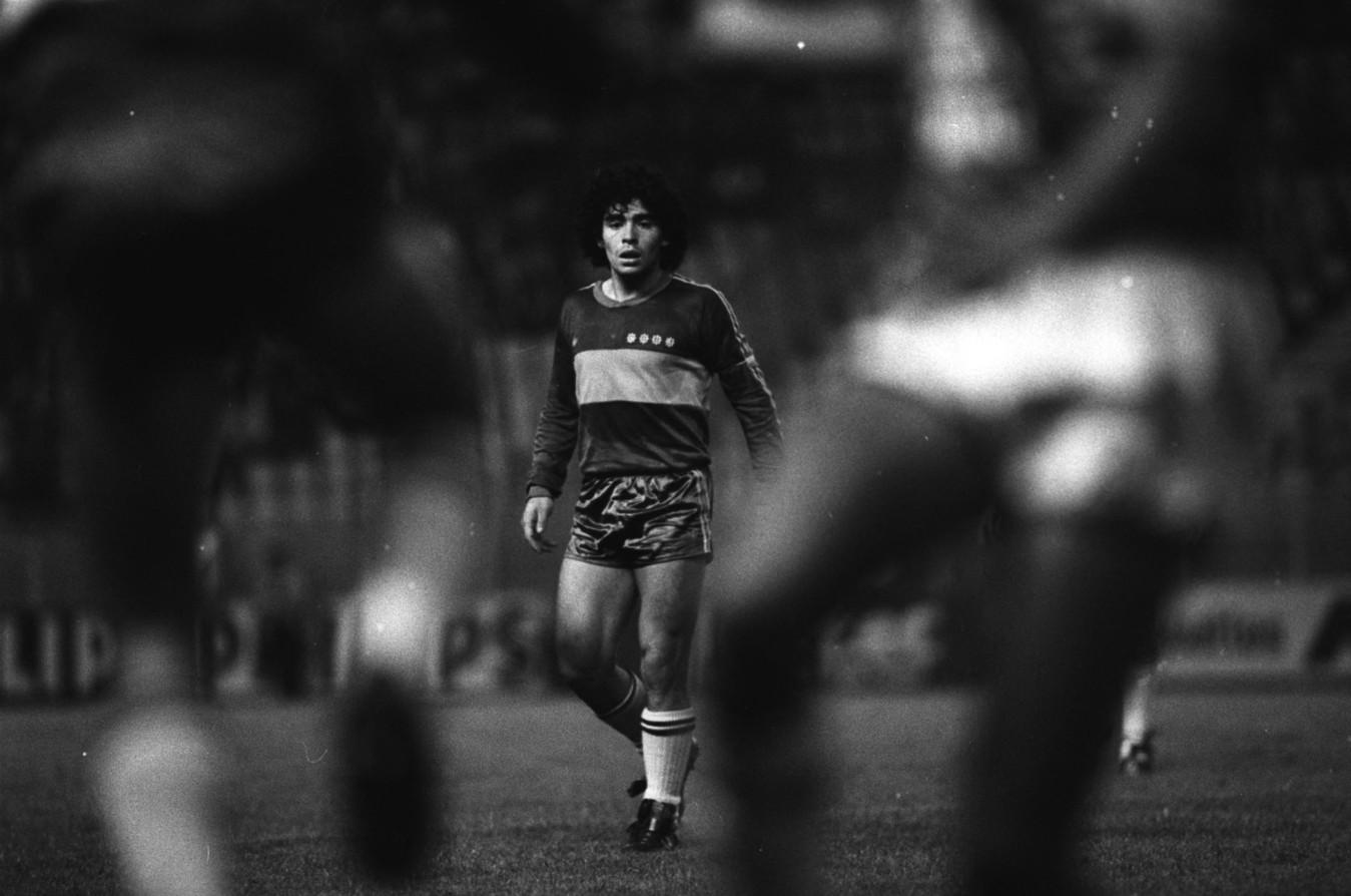 Maradona col Boca Juniors nella stagione 1981/82. Una maglia che indosserà nuovamente alla fine della sua carriera tra il 1995 e il 1997.