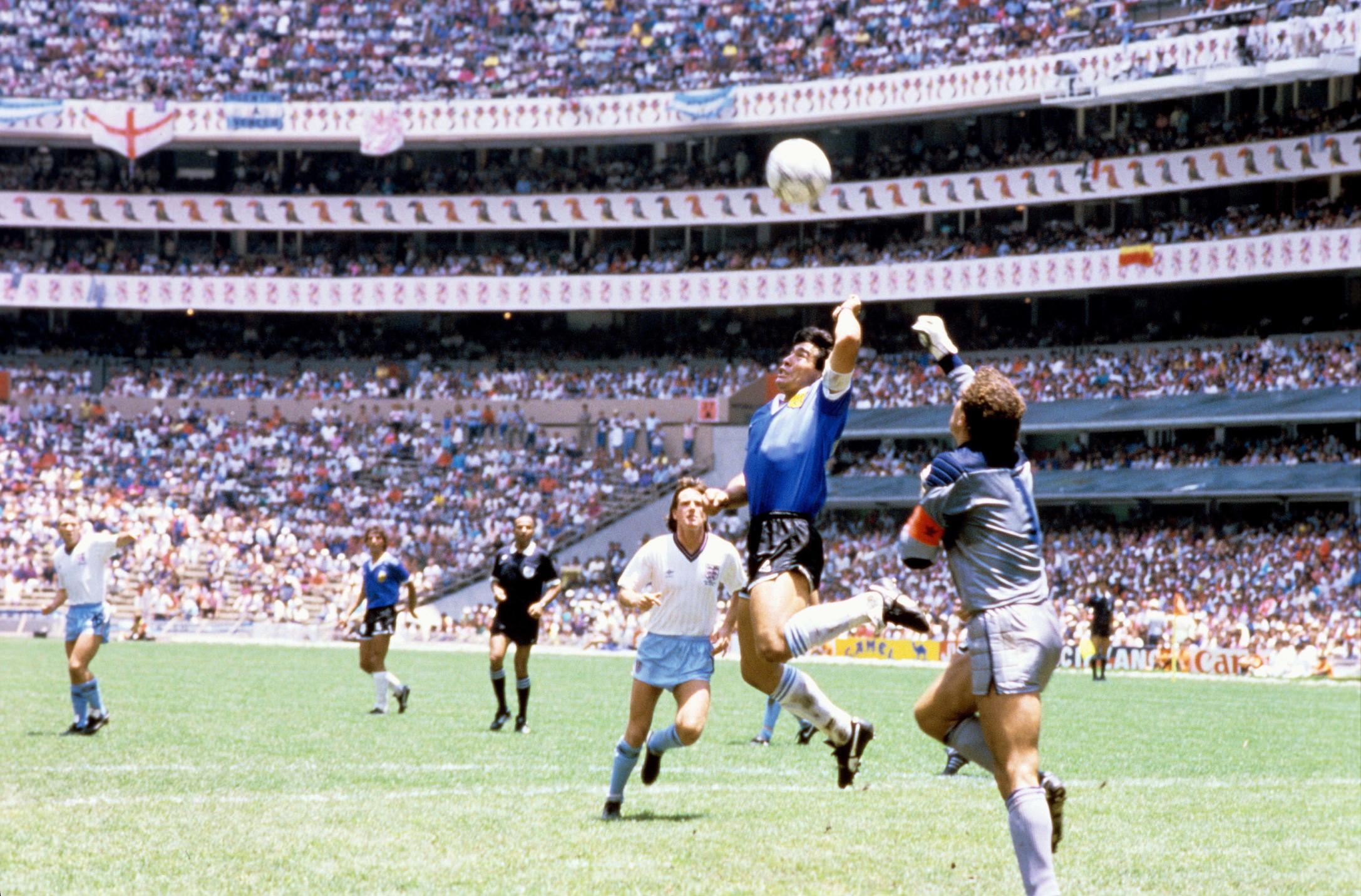 La Mano de Dios. Ai quarti di finale del mondiale 1986 Maradona segnò con la mano sinistra il gol dell'1-0 ingannando l'arbitro tunisino Al Bin Nasser. A nulla valsero le proteste del portiere inglese Peter Shilton.