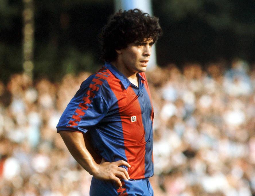 Due stagioni per Maradona con il Barcellona. Un'esperienza condizionata sia dagli infortuni che da un'epatite virale che ne limitò l'impiego in campo.