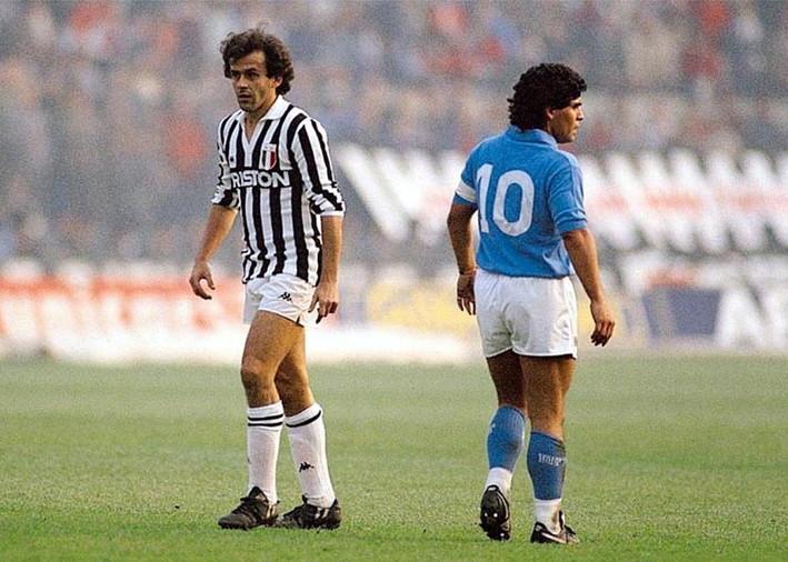 Maradona e Michel Platini. Due giocatori simbolo della propria epoca a dimostrazione dello strapotere economico del campionato italiano durante quegli anni.