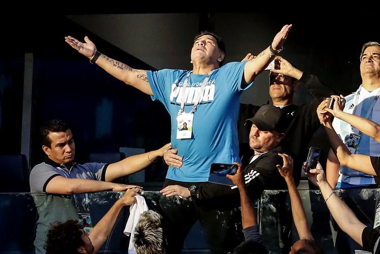 Maradona incontenibile in tribuna ai mondiali del 2018.