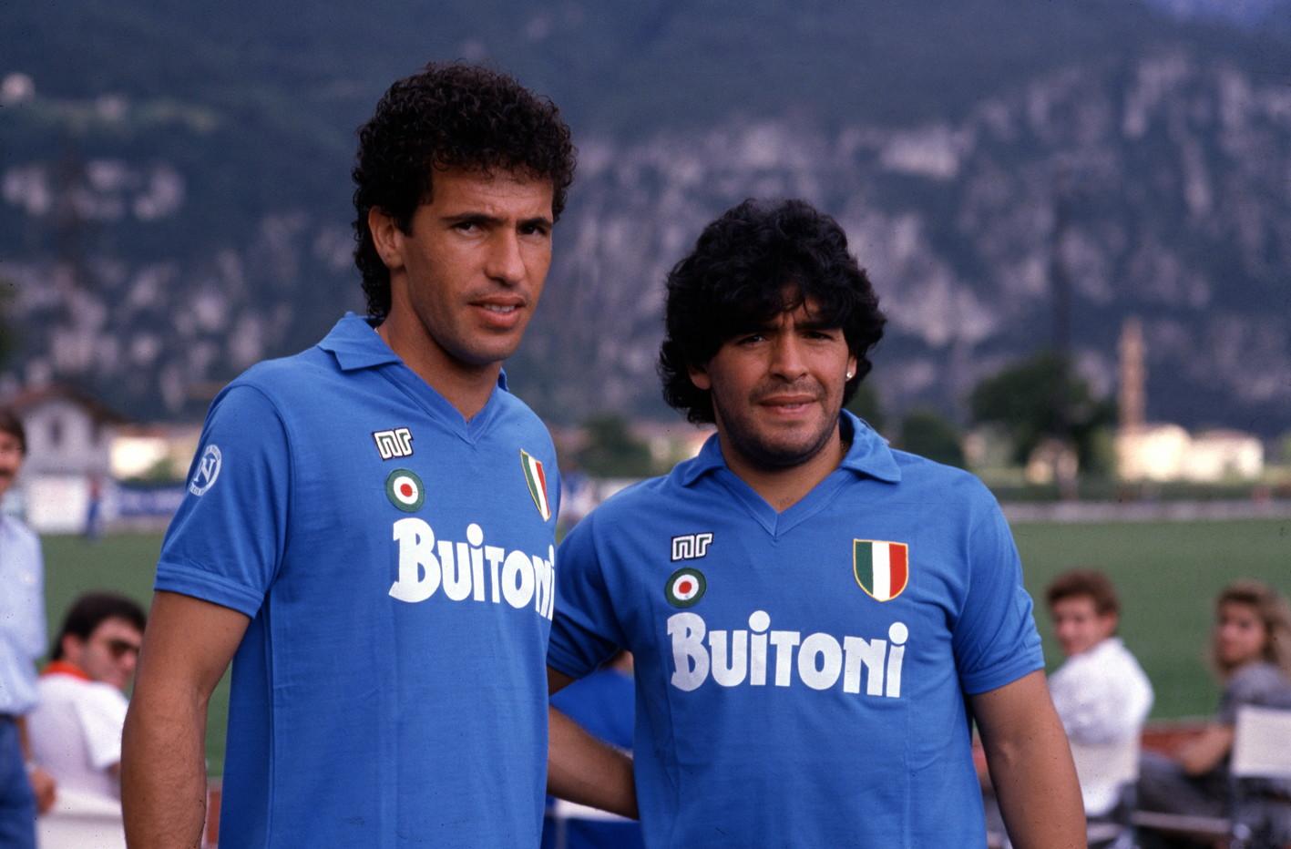Maradona insieme ad Antonio Careca, l'attaccante brasiliano che con la maglia del Napoli ha segnato 96 gol.