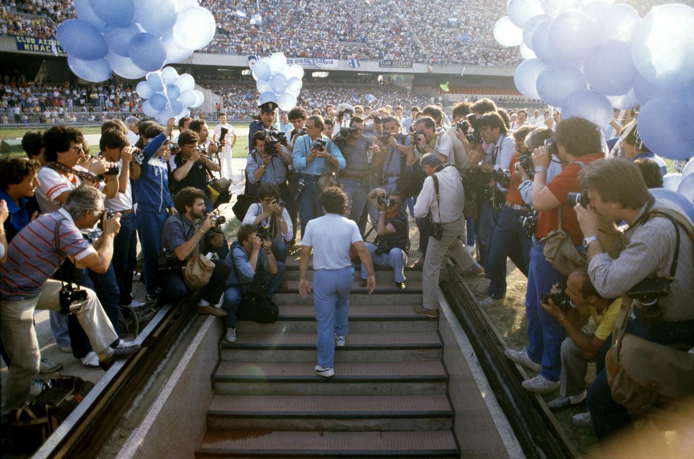 5 luglio 1984: Maradona viene presentato allo stadio San Paolo di Napoli in un bagno di folla.