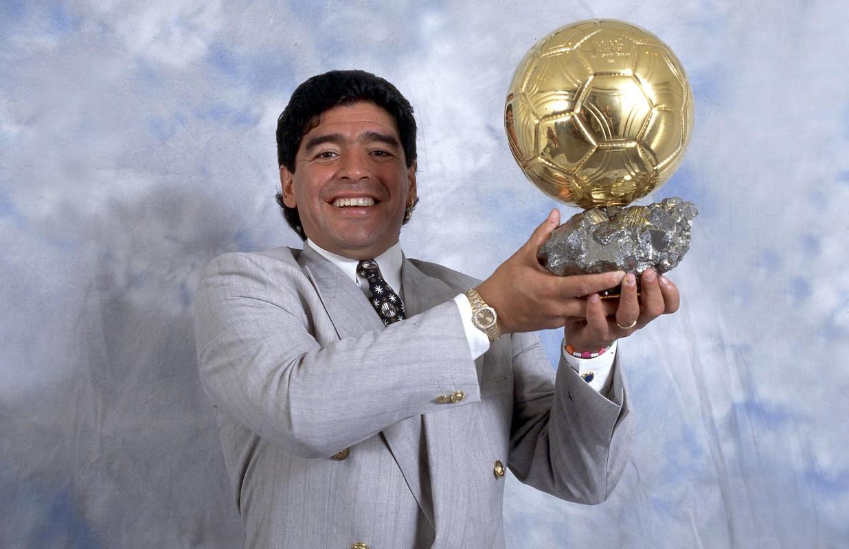 Negli anni in cui Maradona era all'apice della carriera il pallone d'oro veniva assegnato solo a giocatori europei. Motivo per cui, nel 1998, France Football gliene conferì uno alla carriera.