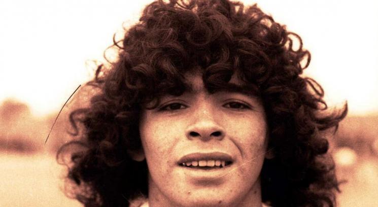 Un giovanissimo Diego Armando Maradona all'inizio della sua carriera calcistica tra le file dell'Argentinos Juniors