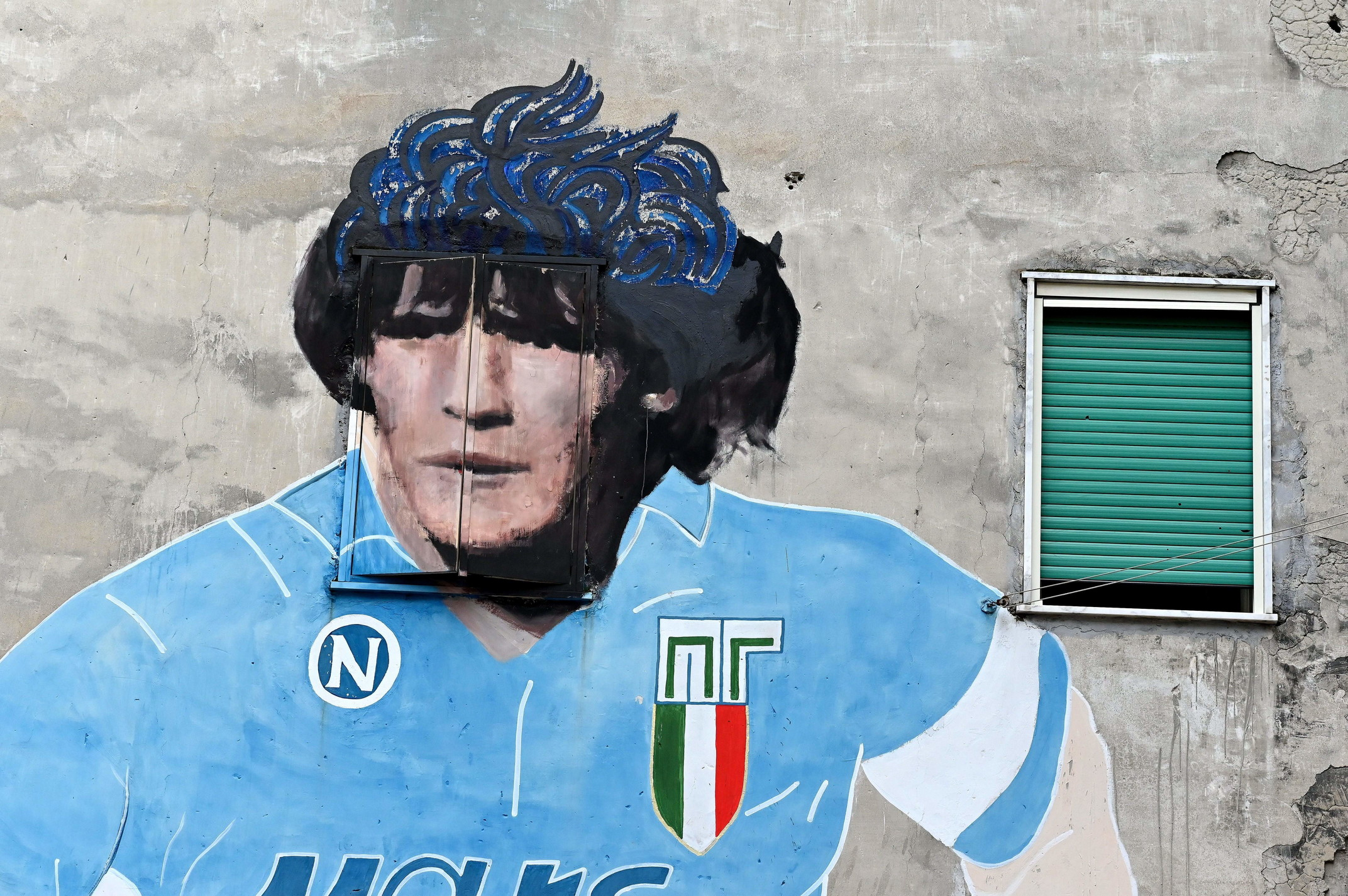 Il celebre murale nei Quartieri Spagnoli di Napoli.