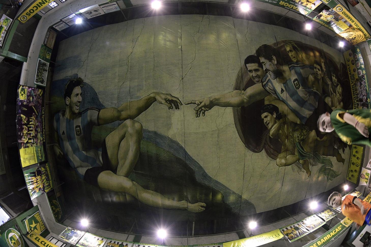 """Un omaggio a """"La Creazione"""" di Michelangelo sul soffitto di un centro sportivo argentino."""