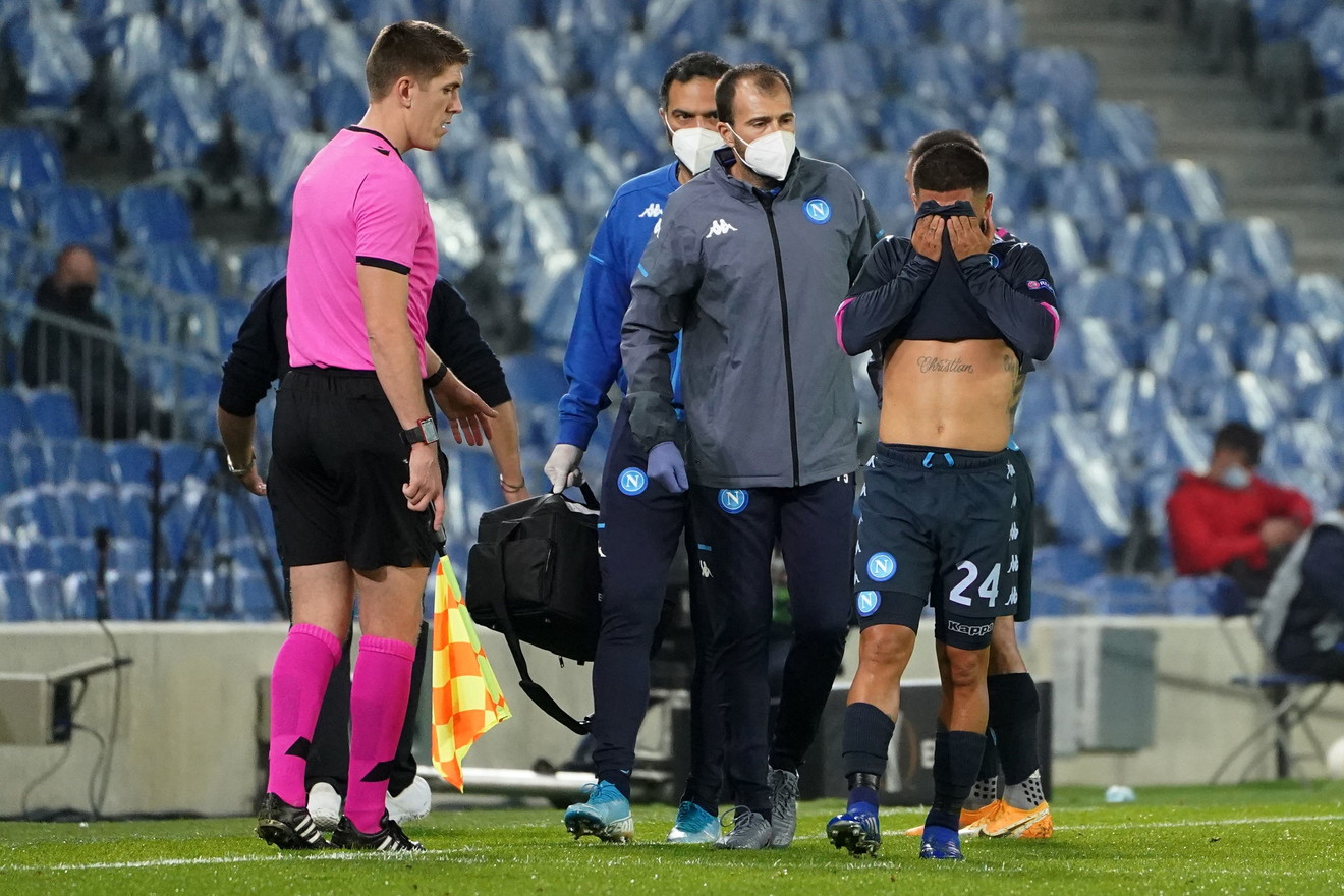 Lorenzo Insigne &egrave; stato costretto ad uscire dal campo dopo soli 20 minuti nel match contro la Real Sociedad: l&#39;attaccante del Napoli non &egrave; riuscito a ripartire in contropiede fermandosi in mezzo al campo per un problema muscolare. Nelle prossime ore gli esami per capire di cosa si tratta, il timore &egrave; che Insigne abbia avuto una ricaduta dell&#39;infortunio dello scorso 27 settembre quando, contro il Genoa, aveva rimediato una lesione di primo grado del bicipite femorale sinistro.<br /><br />