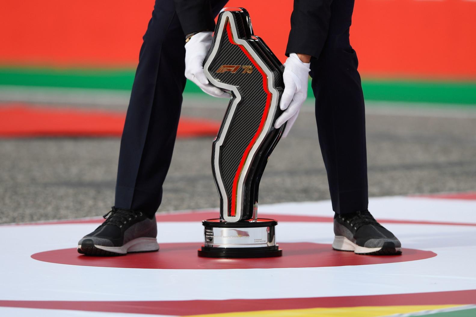 Il britannico chiude davanti al compagno di scuderia Bottas e Ricciardo al termine di una gara condizionata da una safety car prolungata per gli incidenti di Verstappen e Russell. Mercedes conquista cos&igrave;, a quattro gare dal termine, il titolo costruttori.<br /><br />