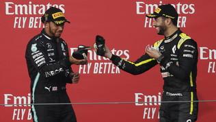Hamilton, il brindisi è... dalla scarpa di Ricciardo