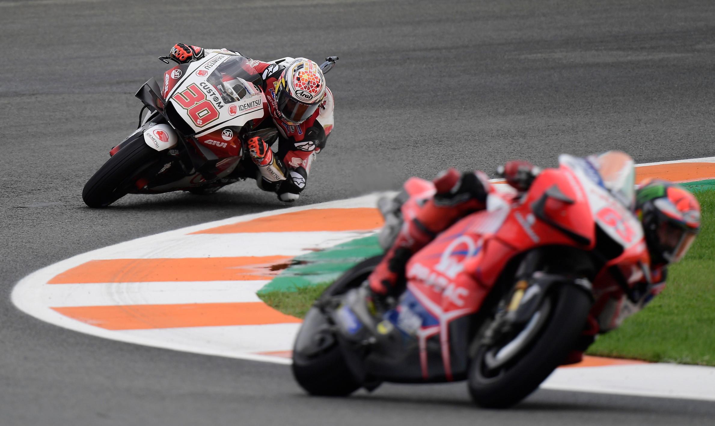Nel giorno del ritorno in pista di Rossi (18&deg;), &egrave; Pol Espargaro in sella alla KTM a conquistare la pole position del GP d&#39;Europa. Prima fila anche per la Suzuki di Rins e la Honda di Nakagami<br /><br />