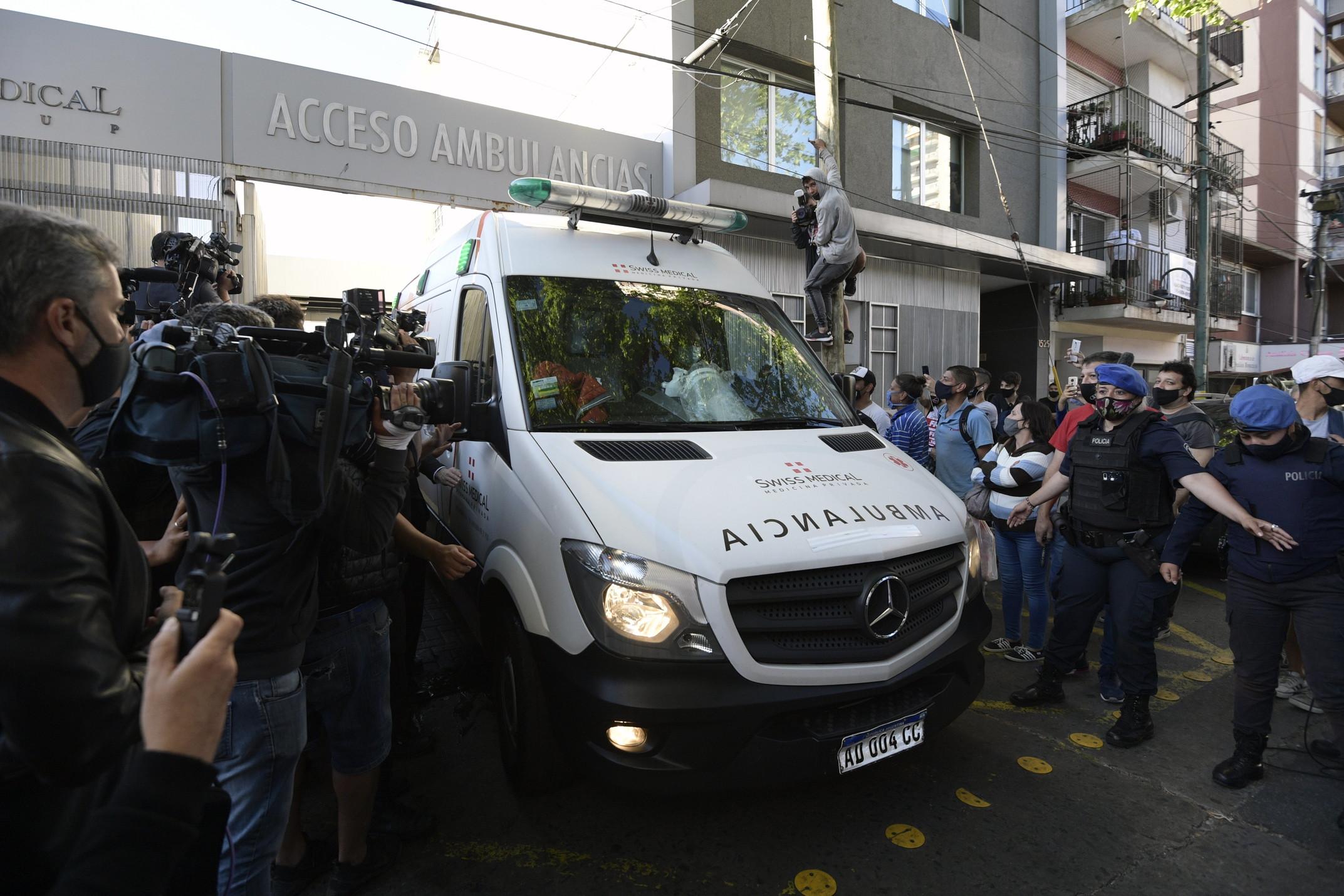 Diego Maradona ha lasciato la clinica di Olivos per stabilirsi in una residenza a Nordelta, distretto a nord in provincia di Buenos Aires, dove continuer&agrave; la guarigione dopo l&#39;intervento alla testa per un ematoma subdurale. L&#39;ambulanza che ha trasportato a casa il Pibe de Oro &egrave; stata circondata dall&#39;affetto dei tifosi.<br /><br />
