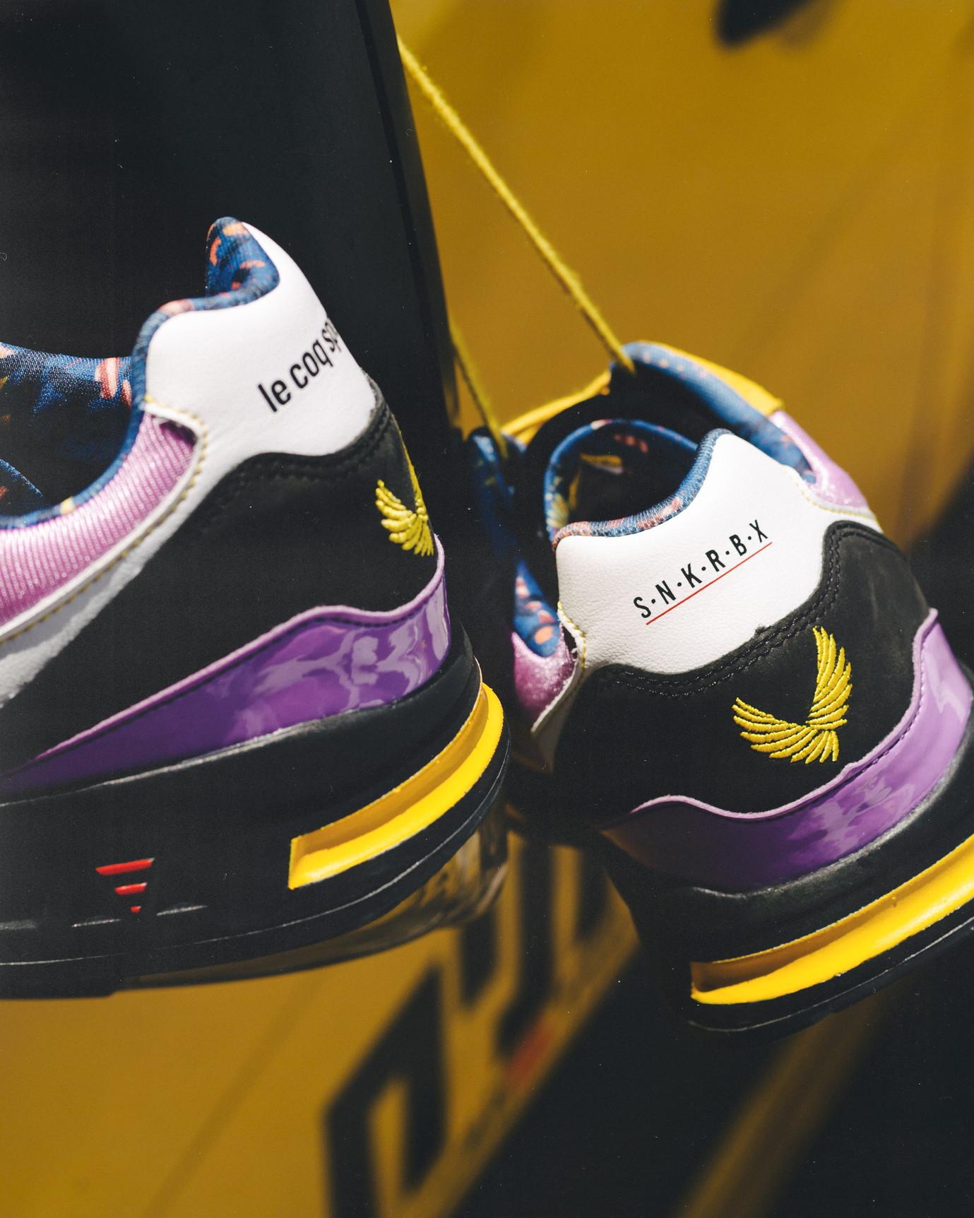 Le Coq Sportif&nbsp; presenta alcuni nuovi modelli di scarpe frutto di prestigiose collaborazioni internazionali con protagonisti del mondo delle sneakers.<br /><br />  <strong>Jean Andr&egrave; per LCS R1000</strong><br /> Le Coq Sportif si unisce a BonjourTattooClub e al designer Jean Andr&eacute; per una prima collaborazione con una versione inedita della LCS R1000.<br /> Ispirata al tema e alla dualit&agrave; &quot;Amore Morte&quot;, la sneaker Le Coq Sportif x Jean Andr&eacute; &egrave; pensata intorno a due modelli monocromatici: il bianco associato all&#39;amore, il nero per la morte. Una coppia originale, erede degli archivi del marchio francese, sublimata dai disegni del famoso fumettista Jean Andr&eacute;.&nbsp;<br /> Creato nel 2018, BonjourTattooClub &egrave; uno dei luoghi da non perdere nella capitale francese se si desidera un tatuaggio. Jean Andr&eacute; &egrave; molto attento ai dettagli. Conosciuto per i suoi famosi cuori intrecciati da una parola, crea disegni moderni, eleganti e all&#39;avanguardia.<br /> Per questa collaborazione entrambi i modelli portano la firma del designer con l&#39;emblematico cuore &quot;Bonjour&quot; sul lato sinistro di ogni paio, in riferimento al suo salone situato nel cuore del 18&deg; arrondissement a Parigi. La soletta &egrave; una delle sue opere: disegni legati all&#39;amore per il paio bianco e disegni in riferimento alla morte per il modello nero. Sulla suola destra c&#39;&egrave; il nome del designer, sulla suola sinistra il nome del marchio francese.&nbsp;<br /> Per sottolineare questa collaborazione unica, ogni paio pu&ograve; anche essere personalizzato. Sei patch di sei disegni sono create in esclusiva da Jean Andr&eacute; e possono essere posizionate sulla linguetta.<br /> Per queste due paia, prodotte in Francia, &egrave; prevista una nuova scatola bianca o nera con totebag, entrambe personalizzate dal lavoro del designer.<br /><br />  <strong>La R800 &ldquo;Sherut Taxi&rdquo; di&nbsp; Sneakerbox TLV</st