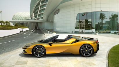 Ferrari ha svelato la SF90 Spider, versione cabrio della SF90 Stradale.&nbsp;La SF90 Spider, prima spider PHEV di serie del Cavallino Rampante, si pone come nuovo riferimento in termini di performance e innovazione rispetto alla gamma della Casa di Maranello e alla produzione dell&rsquo;intero settore automotive.&nbsp;<br /><br />