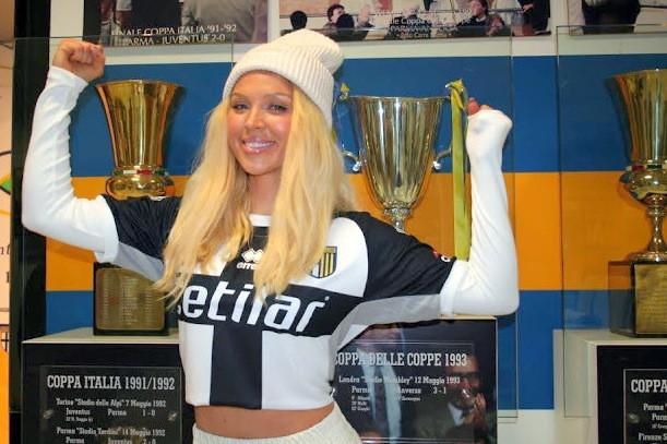 Aneta Sablik, cantante polacca divenuta famosa soprattutto dalle parti della Germania, in questi giorni &egrave; a Parma e ne ha approfittato per una full immersion calcistica: in posa con la maglia giallobl&ugrave; di fronte allo stadio Tardini e poi visita&nbsp;nella sede del Centro Coordinamento Parma Clubs. La Sablik, che &egrave; anche modella e blogger, ha 31 anni e&nbsp;nel 2014 aveva vinto il talent show Deutschland Sucht Den Superstar prima di raggiungere il primo posto nelle classifiche musicali di Germania, Austria e Svizzera con il brano &quot;The One&quot;, poi certificato disco d&#39;oro.<br /><br />
