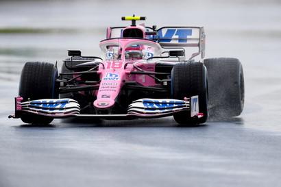 Dalle qualifiche-lotteria di Istanbul emerge&nbsp;Lance Stroll che batte il superfavorito Max Verstappen&nbsp;di 290 millesimi e regala un sabato da sogno alla Racing Point che ottiene il terzo tempo con Sergio Perez&nbsp;(+1.556). Nel diluvio turco trova gloria anche Alexander Albon che chiude la seconda fila con l&#39;atra Red Bull. Interrotta la striscia delle pole position della Mercedes: Lewis Hamilton scatter&agrave; dalla&nbsp;terza fila (sesto tempo) insieme a Daniel Ricciardo.&nbsp;Ferrari inguidabili sul bagnato: sesta fila per Sebastian Vettel, settima per Charles Leclerc.<br /><br />