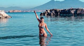 """Lady Mertens, bagno a novembre: """"Napoli, che bellezza"""""""