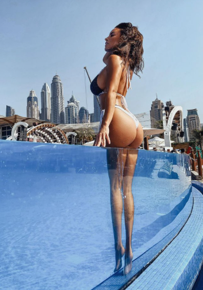 Lucia Javorcekova&nbsp;scrive da Dubai e fa un indovinello ai suoi follower di Instagram: &quot;Indovinate quale sar&agrave; la mia prossima meta!&quot;. Tante le risposte al post, almeno quanti gli apprezzamenti per la foto in costume in piscina.<br /><br />