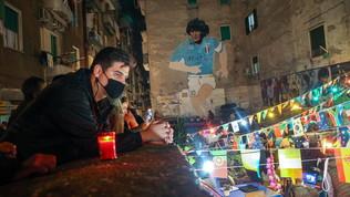 Tutti davanti al murales: Napoli omaggia il suo eroe del pallone