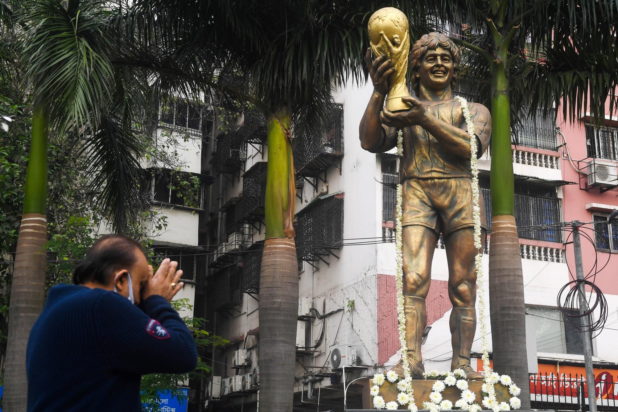 Notte di dolore e ricordo per il popolo argentino, ancora sconvolto dalla morte di Maradona. Migliaia di tifosi sono scesi in strada per ricordare il Pibe de Oro, scandendo cori e preghiere. L&#39;Argentinos Juniors, club dove aveva iniziato la carriera Diego, ha voluto omaggiarlo accendendo le luci e illuminando il cielo con fuochi d&#39;artificio. Nel frattempo venivano stampati&nbsp;i quotidiani, con Maradona&nbsp;in prima pagina.<br /><br />