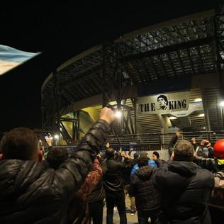 Maradona, il San Paolo diventa mèta del pellegrinaggio dei napoletani