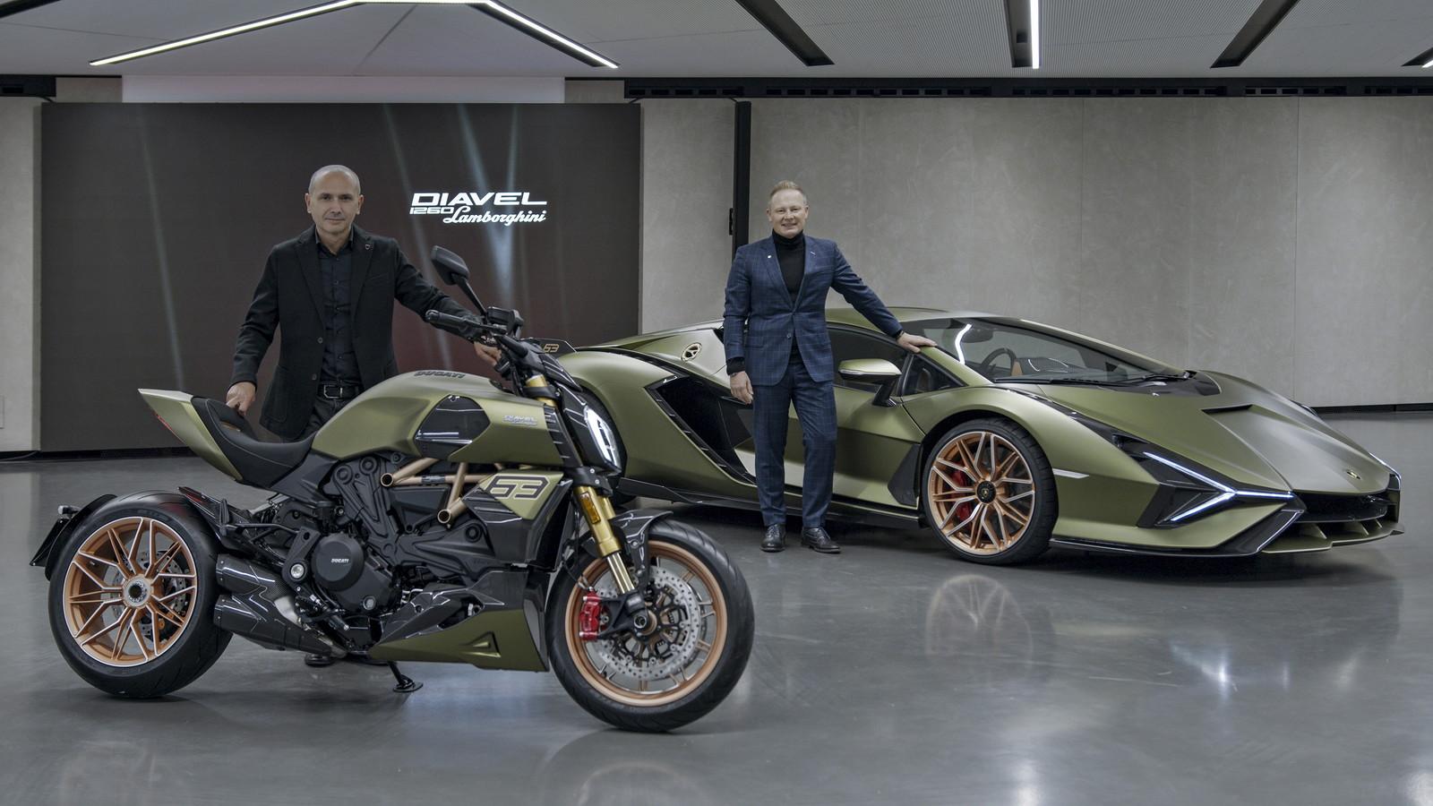 Realizzato in edizione limitata e numerata di 630 esemplari, il Ducati Diavel 1260 Lamborghini nasce dalla collaborazione tra i due prestigiosi brand che hanno le loro radici nella Motor Valley, la terra dei motori emiliano-romagnola. Per realizzare questo progetto, i designer Ducati hanno scelto di lasciarsi ispirare dalla Si&agrave;n FKP 37, la vettura pi&ugrave; prestigiosa mai realizzata da Lamborghini: disponibile in soli 63 esemplari &egrave; la pi&ugrave; potente di sempre con i suoi 819 CV (602 kW) grazie all&rsquo;unione di termico ed elettrico. La moto si caratterizza per i cerchi forgiati dal disegno inedito che richiamano esplicitamente quelli dell&rsquo;auto, per un nuovo bodywork in carbonio e per la livrea speciale con i colori della Si&agrave;n FKP 37. Il cuore del Diavel 1260 Lamborghini &egrave; il Ducati Testastretta DVT da 1262 cm3 con variatore di fase. Questo motore omologato Euro 5 &egrave; in grado di erogare 162 CV (119 kW) a 9.500 giri/minuto e 129 Nm (13,2 kgm) a 7.500 giri/minuto con una curva di coppia piatta sin dai regimi medio-bassi, che garantisce una risposta vigorosa ed energica in ogni fase di guida. Il Diavel 1260 Lamborghini sar&agrave; dai concessionari a fine dicembre.<br /><br />
