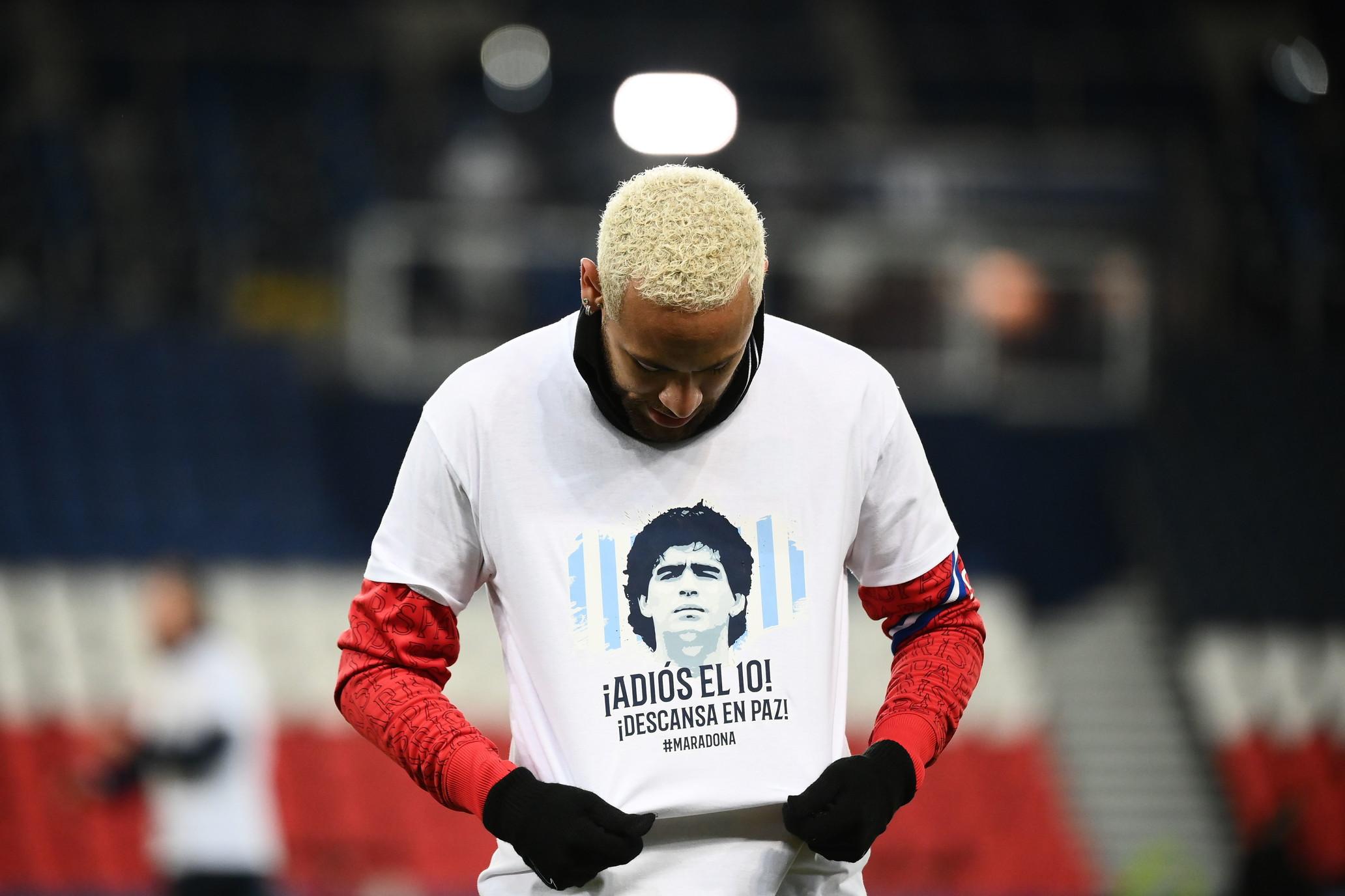 Le due squadre a formare una M in mezzo al campo nel minuto di silenzio. Neymar e compagni con una maglietta con il volto del Pibe de oro.&nbsp;<br /><br />
