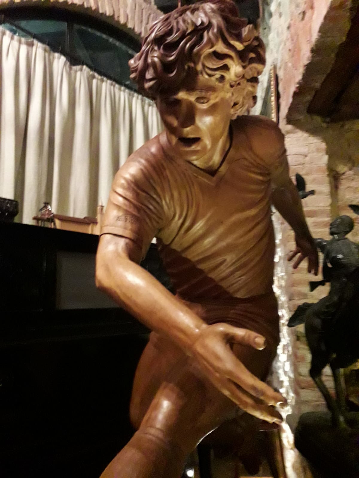 &Egrave;&nbsp;un omaggio della Brianza a Diego&nbsp;Armando Maradona e, naturalmente, arriva da Cant&ugrave;, nota per gli artisti del legno che nobilitano la produzione dei mobili. &Egrave;&nbsp;la scultura tutta in legno e noce che fu realizzata negli anni &#39;80 da uno scultore locale soprannominato &#39;Sarin&#39; e che ora, per ricordare il grande numero 10, viene messa a disposizione di tutti che se la potranno gustare nel museo privato dell&#39;imprenditore Giovanni Bettio a Cant&ugrave;, nel cuore della Brianza.<br /><br />